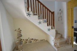 Лестница наверх. Кипр, Каппарис : Прекрасная вилла с 2-мя спальнями, с бассейном и тенистой террасой с патио