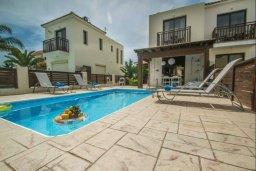 Фасад дома. Кипр, Каппарис : Прекрасная вилла с 2-мя спальнями, с бассейном и тенистой террасой с патио