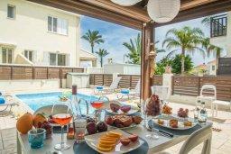 Обеденная зона. Кипр, Каппарис : Прекрасная вилла с 2-мя спальнями, с бассейном и тенистой террасой с патио
