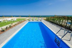 Бассейн. Кипр, Ионион - Айя Текла : Превосходная вилла на берегу моря с 3-мя спальнями, с бассейном, с террасой и потрясающим видом на море