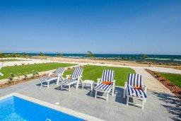 Зона отдыха у бассейна. Кипр, Ионион - Айя Текла : Превосходная вилла на берегу моря с 3-мя спальнями, с бассейном, с террасой и потрясающим видом на море