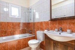 Ванная комната. Кипр, Санрайз Протарас : Прекрасная вилла с 2-мя спальнями, с бассейном и солнечной террасой с патио и барбекю, расположена в тихом районе Протараса