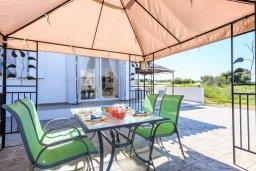 Обеденная зона. Кипр, Санрайз Протарас : Прекрасная вилла с 2-мя спальнями, с бассейном и солнечной террасой с патио и барбекю, расположена в тихом районе Протараса