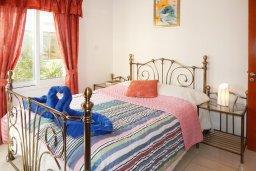 Спальня. Кипр, Центр Айя Напы : Апартамент в центре Айа-Напы с гостиной, двумя спальнями и балконом