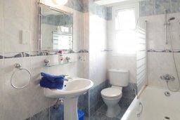 Ванная комната. Кипр, Центр Айя Напы : Апартамент в центре Айа-Напы с гостиной, двумя спальнями и балконом
