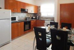 Кухня. Кипр, Центр Айя Напы : Апартамент в центре Айа-Напы с гостиной, двумя спальнями и балконом