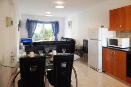 Обеденная зона. Кипр, Центр Айя Напы : Апартамент в центре Айа-Напы с гостиной, двумя спальнями и балконом