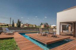 Зона отдыха у бассейна. Кипр, Нисси Бич : Современная вилла с бассейном и зеленым двориком, 3 спальни, 2 ванные комнаты, барбекю, парковка, Wi-Fi