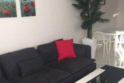 Гостиная. Кипр, Гермасойя Лимассол : Апартамент в 50 метрах от пляжа, с гостиной, отдельной спальней и террасой с видом на сад