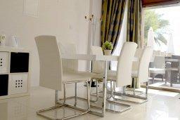 Обеденная зона. Кипр, Гермасойя Лимассол : Апартамент в 50 метрах от пляжа, с гостиной, отдельной спальней и террасой с видом на море