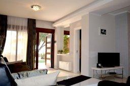 Гостиная. Кипр, Гермасойя Лимассол : Семейный апартамент в 50 метрах от пляжа, с гостиной, отдельной спальней и террасой с видом на море
