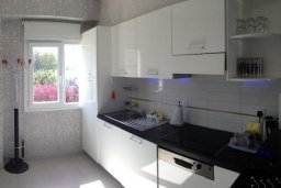 Кухня. Кипр, Гермасойя Лимассол : Премьер апартамент в 50 метрах от пляжа, с гостиной, двумя спальнями и балконом с видом на сад