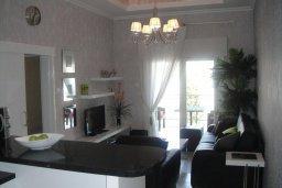 Гостиная. Кипр, Гермасойя Лимассол : Премьер апартамент в 50 метрах от пляжа, с гостиной, двумя спальнями и балконом с видом на сад
