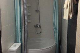 Ванная комната. Кипр, Гермасойя Лимассол : Апартамент в 50 метрах от пляжа, с гостиной, двумя спальнями и террасой с видом на сад