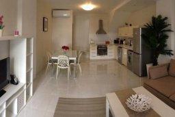 Гостиная. Кипр, Гермасойя Лимассол : Апартамент в 50 метрах от пляжа, с гостиной, двумя спальнями и террасой с видом на сад