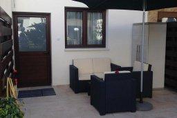 Терраса. Кипр, Гермасойя Лимассол : Апартамент в 50 метрах от пляжа, с гостиной, двумя спальнями и террасой с видом на сад