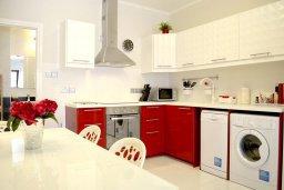Кухня. Кипр, Гермасойя Лимассол : Апартамент в 50 метрах от пляжа, с гостиной, двумя спальнями, двумя ванными комнатами и террасой с видом на сад