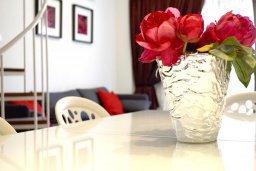 Обеденная зона. Кипр, Гермасойя Лимассол : Апартамент в 50 метрах от пляжа, с гостиной, двумя спальнями, двумя ванными комнатами и террасой с видом на сад