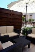 Терраса. Кипр, Гермасойя Лимассол : Апартамент в 50 метрах от пляжа, с гостиной, двумя спальнями, двумя ванными комнатами и террасой с видом на сад