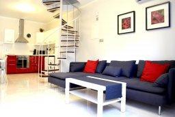 Гостиная. Кипр, Гермасойя Лимассол : Апартамент в 50 метрах от пляжа, с гостиной, двумя спальнями, двумя ванными комнатами и террасой с видом на сад