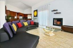 Гостиная. Кипр, Си Кейвз : Роскошная вилла класса люкс, с 5-ю спальнями, с бассейном, зелённым двориком, барбекю и винным погребом