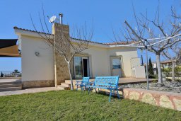 Фасад дома. Кипр, Си Кейвз : Роскошная вилла класса люкс, с 5-ю спальнями, с бассейном, зелённым двориком, барбекю и винным погребом