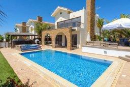 Фасад дома. Кипр, Ионион - Айя Текла : Шикарная вилла с потрясающим  видом на море,  с 3-мя спальнями, с бассейном и зелёной территорией с джакузи, патио и барбекю