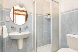Ванная комната 2. Кипр, Каппарис : Уютная вилла с 2-мя спальнями, с бассейном и пышным садом с патио и барбекю