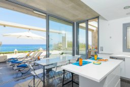 Обеденная зона. Кипр, Пернера : Роскошная современная вилла с шикарным видом на море, с 6-ю спальнями, с бассейном и джакузи