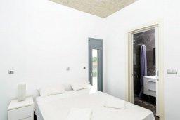 Спальня. Кипр, Пернера : Роскошная современная вилла с шикарным видом на море, с 6-ю спальнями, с бассейном и джакузи
