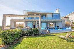 Фасад дома. Кипр, Пернера : Роскошная современная вилла с шикарным видом на море, с 6-ю спальнями, с бассейном и джакузи