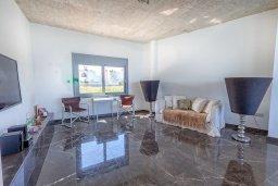 Гостиная. Кипр, Пернера : Роскошная современная вилла с шикарным видом на море, с 6-ю спальнями, с бассейном и джакузи