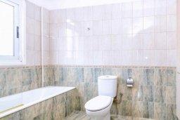 Ванная комната. Кипр, Каппарис : Прекрасная вилла с 4-мя спальнями, с бассейном и приватным двориком с беседкой и барбекю