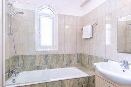 Ванная комната 2. Кипр, Каппарис : Прекрасная вилла с 4-мя спальнями, с бассейном и приватным двориком с беседкой и барбекю