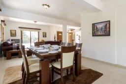 Обеденная зона. Кипр, Нисси Бич : Роскошная вилла с 4-мя спальнями, с бассейном и большим приватным двориком с патио и барбекю