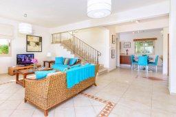 Гостиная. Кипр, Каппарис : Прекрасная вилла с видом на море, с 3-мя спальнями, с бассейном, патио и барбекю, расположена в 100 метрах от пляжа