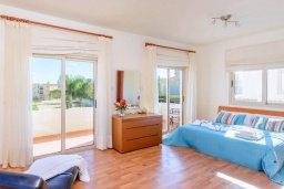 Спальня. Кипр, Каппарис : Прекрасная вилла с видом на море, с 3-мя спальнями, с бассейном, патио и барбекю, расположена в 100 метрах от пляжа