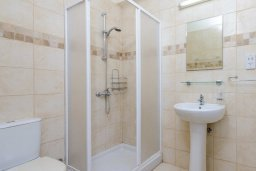 Ванная комната. Кипр, Каппарис : Прекрасная вилла с 3-мя спальнями, с бассейном и приватным двориком с тенистой террасой, с патио и барбекю
