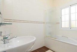 Ванная комната 2. Кипр, Каппарис : Прекрасная вилла с 3-мя спальнями, с бассейном и приватным двориком с тенистой террасой, с патио и барбекю