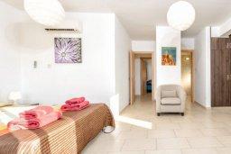 Спальня. Кипр, Нисси Бич : Прекрасная вилла с 3-мя спальнями, с бассейном и двориком с патио и барбекю, расположена в нескольких минутах ходьбы от пляжа Nissi Beach