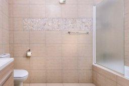 Ванная комната. Кипр, Нисси Бич : Прекрасная вилла с 3-мя спальнями, с бассейном и двориком с патио и барбекю, расположена в нескольких минутах ходьбы от пляжа Nissi Beach