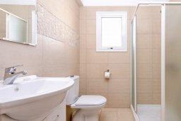 Ванная комната 2. Кипр, Нисси Бич : Прекрасная вилла с 3-мя спальнями, с бассейном и двориком с патио и барбекю, расположена в нескольких минутах ходьбы от пляжа Nissi Beach
