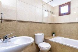 Ванная комната. Кипр, Каппарис : Уютная вилла с видом на море, с 3-мя спальнями, с бассейном и приватным двориком с патио и барбекю