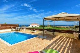 Бассейн. Кипр, Каппарис : Уютная вилла с видом на море, с 3-мя спальнями, с бассейном и приватным двориком с патио и барбекю