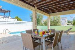 Обеденная зона. Кипр, Коннос Бэй : Роскошная вилла с 3-мя спальнями, с бассейном, тенистой террасой с патио и барбекю