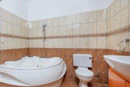 Ванная комната. Кипр, Центр Айя Напы : Прекрасная вилла с 3-мя спальнями, с бассейном и приватным двориком с патио и барбекю