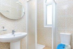 Ванная комната. Кипр, Каппарис : Превосходная вилла с 3-мя спальнями, с бассейном и зеленым двориком с патио и барбекю