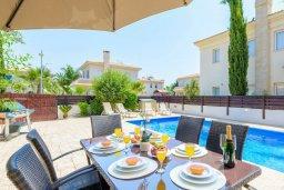 Обеденная зона. Кипр, Каппарис : Превосходная вилла с 3-мя спальнями, с бассейном и зеленым двориком с патио и барбекю