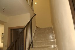 Лестница наверх. Кипр, Каппарис : Уютный таунхаус с 3-мя спальнями, с приватным двориком с патио, в комплексе с бассейном, теннисным кортом и тренажерным залом