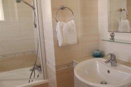 Ванная комната. Кипр, Каппарис : Уютный таунхаус с 3-мя спальнями, с приватным двориком с патио, в комплексе с бассейном, теннисным кортом и тренажерным залом